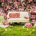 Свечи и розы у дивана