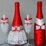 Красно-белые ленты на бутылках
