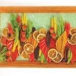 Композиция из сушенных листьев и апельсинов