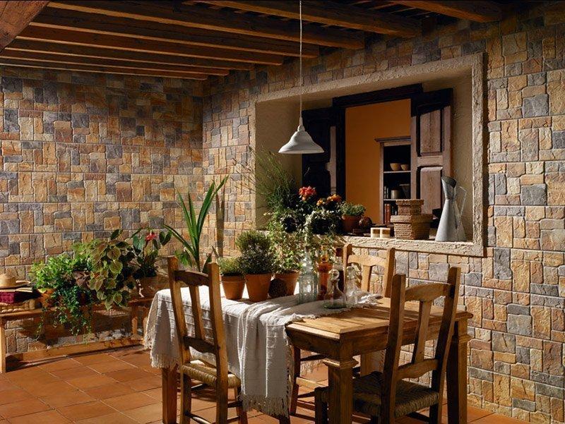 Разноцветный камень на стенах кухни