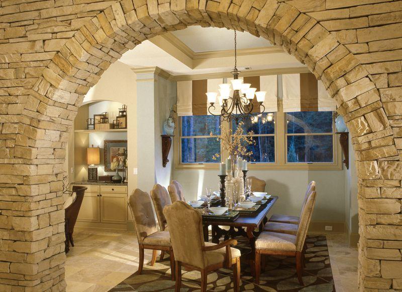 Арка из камня в интерьере кухни