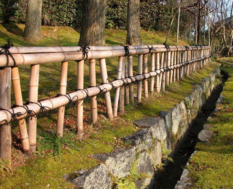 Красивый забор из бамбука