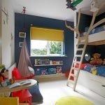 Сочетание синих стен и желтой шторы