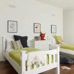Белые кровати и комод в детской