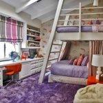 Сочетание сиреневого ковра и белой мебели