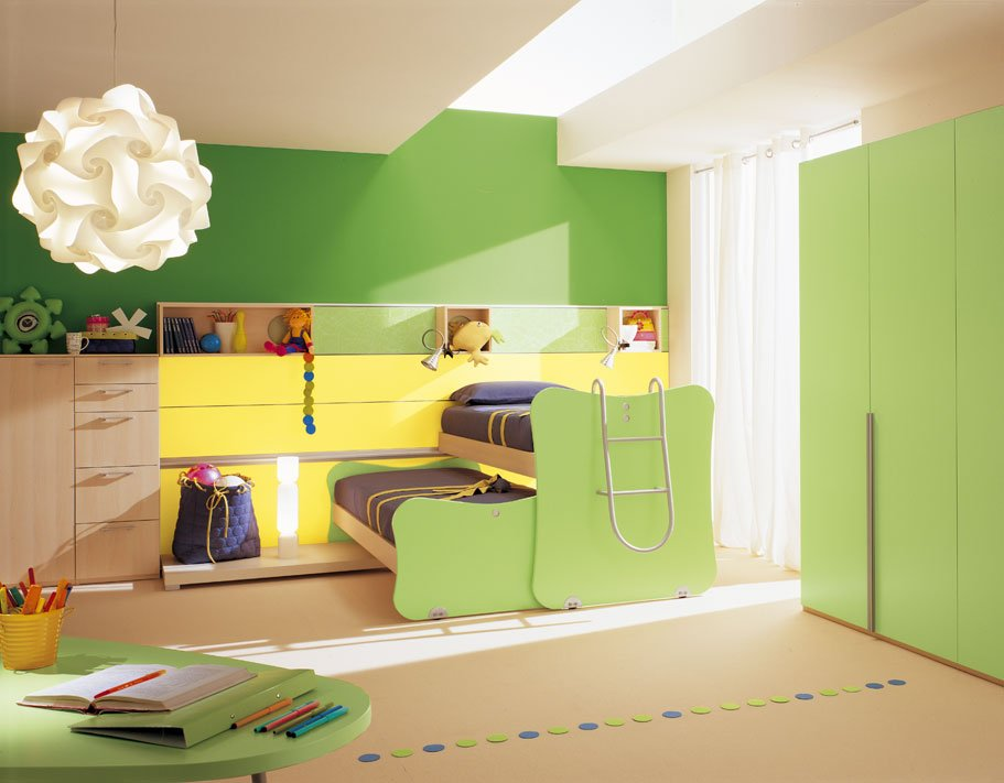 Раздвижная кровать в детской для двух мальчиков