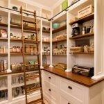 Продукты в небольшой кладовке на кухне