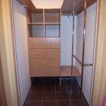 Высокие шкафы в домашней кладовой