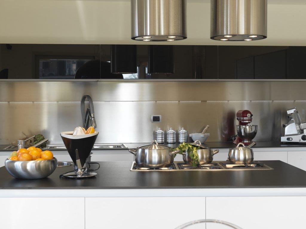 Металлический фартук на кухне