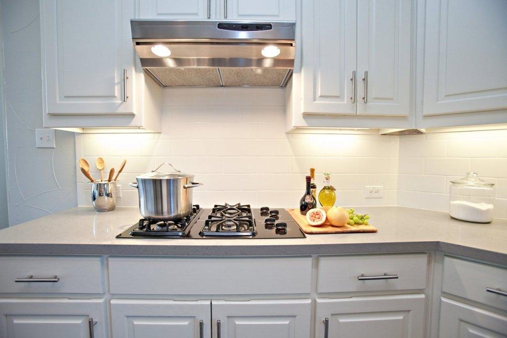 Светлый фартук на кухне