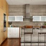 Стол и стены одинакового дизайна