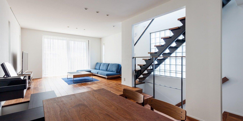 Широкая лестница в частном доме