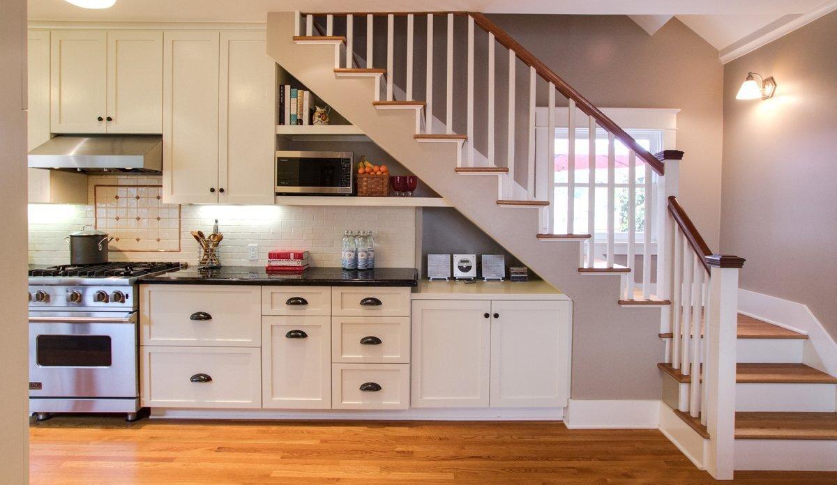 Классическая лестница на кухне
