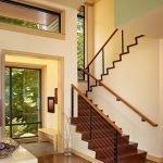 Высокая лестница в прихожей