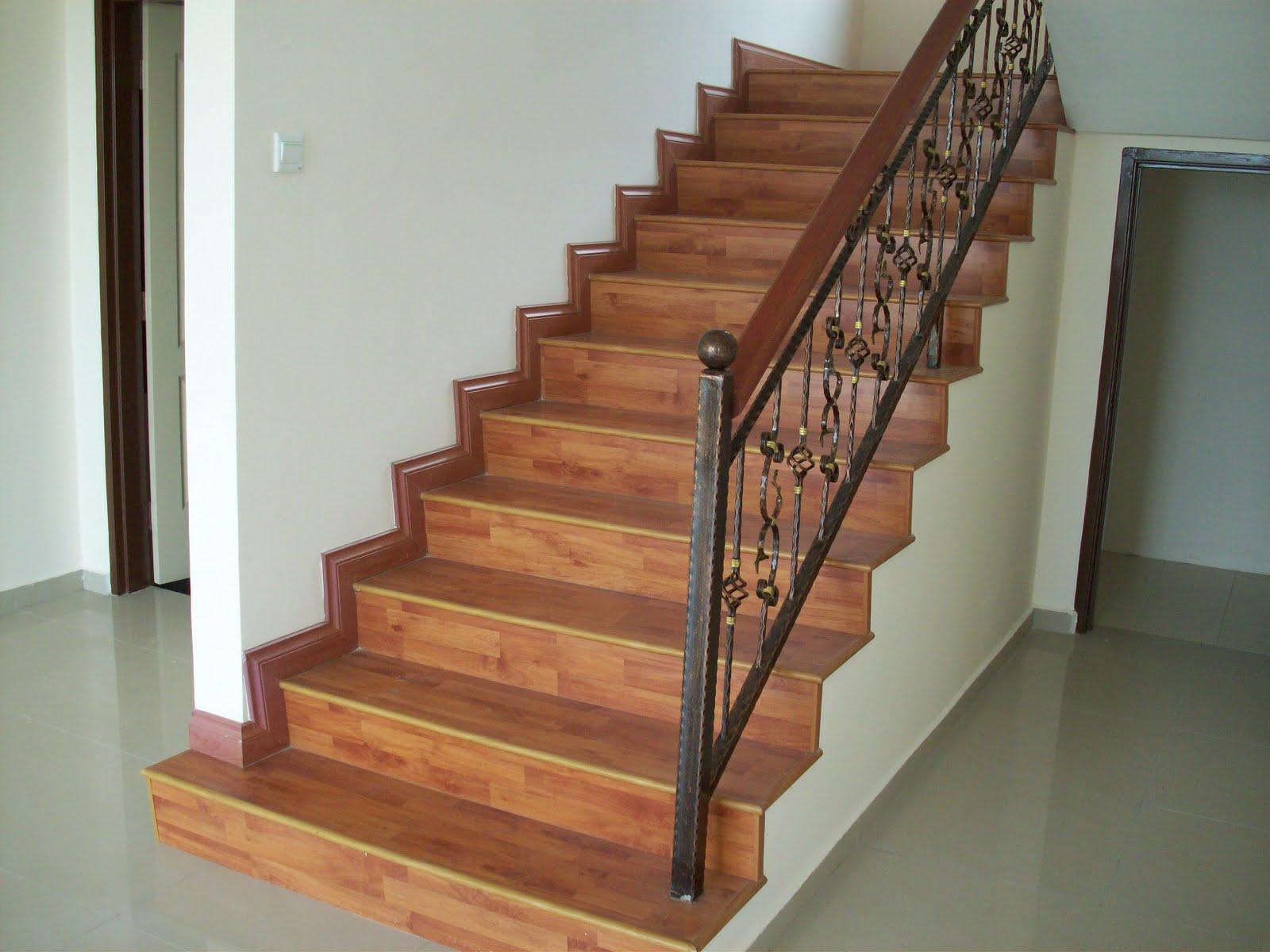 Каменная лестница с деревянным покрытием