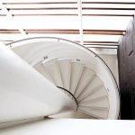 Винтовая лестница в большом доме