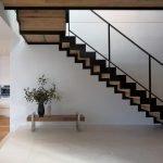 Простая лестница в прихожей большого дома