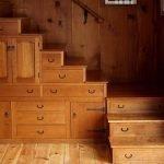 Деревянные ящики в лестнице