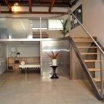 Невысокая лестница на промежуточный этаж