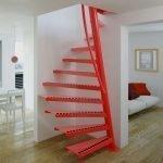 Эффектная красная лестница