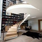 Библиотека в доме с высокой лестницей