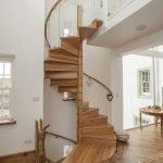 Винтовая лестница, украшенная деревом