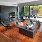 Диван, столик и кресла напротив телевизора