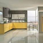 Строгий дизайн кухни с желтой мебелью