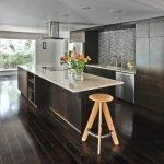 Интерьер кухни со столом-островом