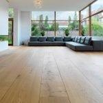 Интерьер в стиле минимализм с угловым диваном