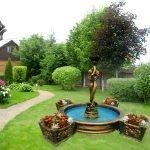 Бронзовый фонтан со статуей