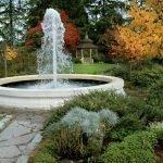 Дорожка из камня к фонтану