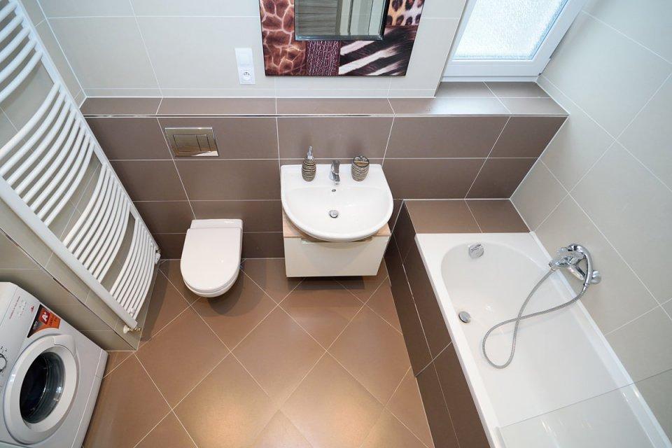 Кофейная плитка в ванной комнате
