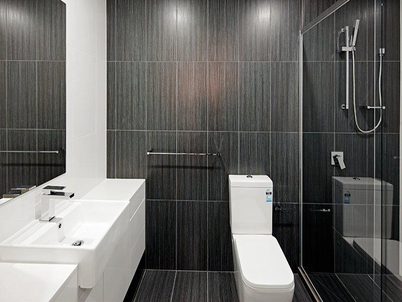 Черные стены в ванной с туалетом