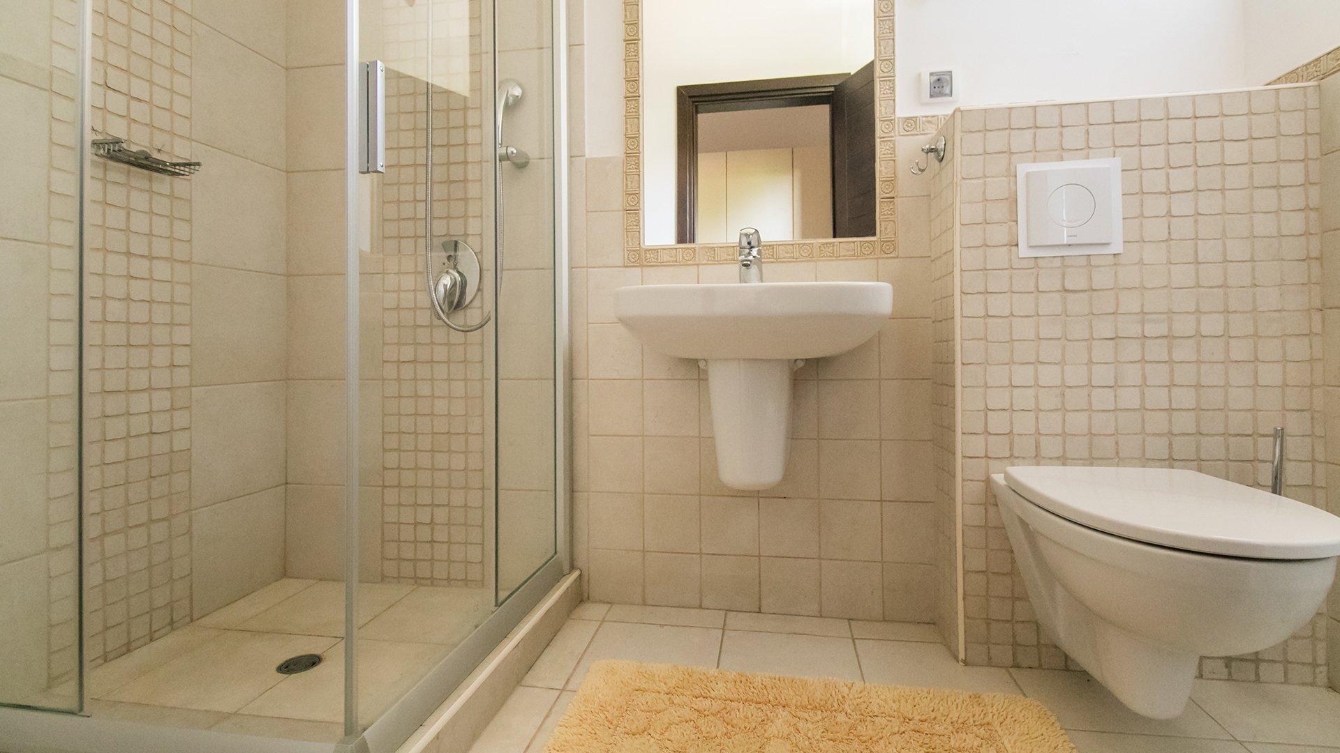 Песочные стены в ванной комнате