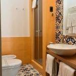 Оранжевые стены в ванной