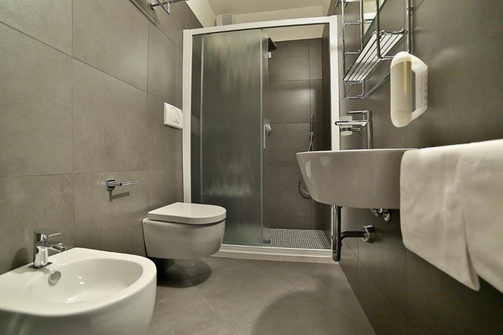 Серый интерьер ванной
