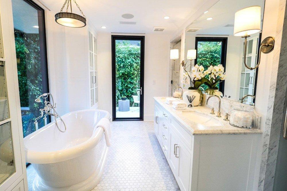 Белая ванная в доме