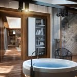 Красивая ванная комната в доме