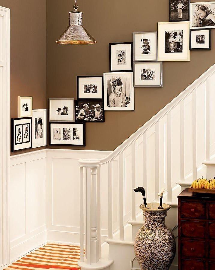 Диагональное расположение рамок с фотографиями у лестницы