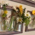 Панно из фоторамок, ваз и живых цветов