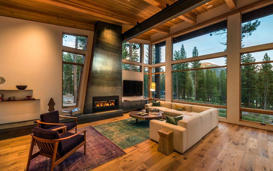 Интерьер гостиной с камином в загородном доме