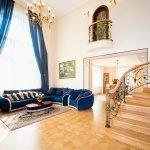 Синие шторы и диван в белом интерьере