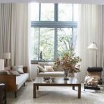 Белые шторы в гостиной