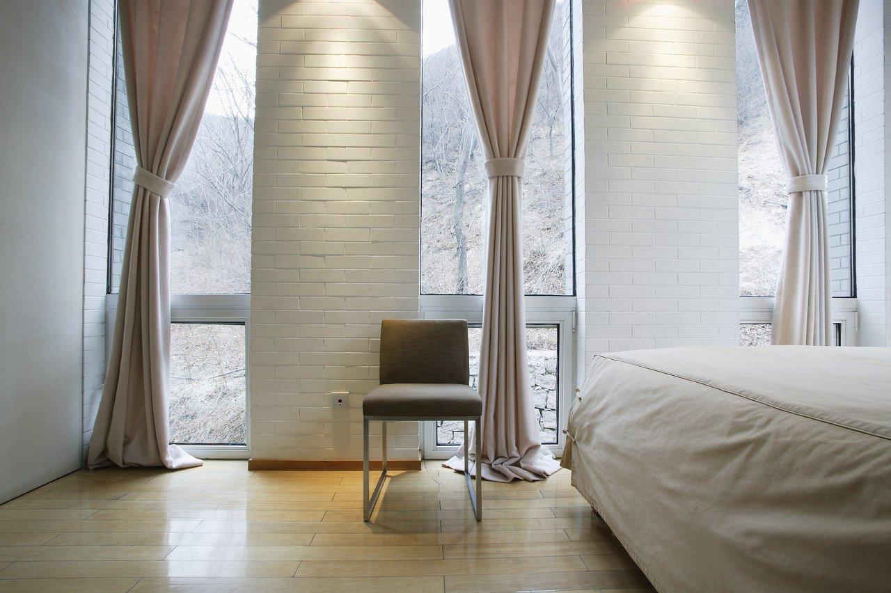 Бежевые шторы в спальню