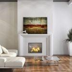 Яркие картины в белом интерьере