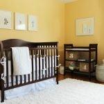 Детская кроватка из темной древесины