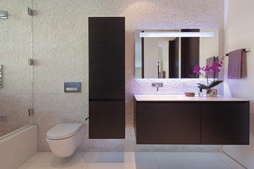 Мебель в ванной из темного дерева