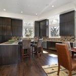 Большая кухня в частном доме
