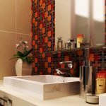 Зеркало на стене с мозаикой в ванной